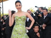 Aishwarya Rai waves in green dress at the Indiana Jones 4 premiere