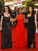 Aishwarya Rai on red carpet with other famous actresses.PNG