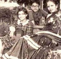 Aishwarya childhood photo with her mom and brother.PNG