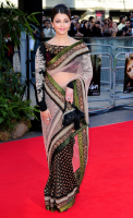 2010 Aishwarya on red carpet with Indian gown.PNG