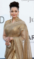 Aishwarya in gold gown.PNG