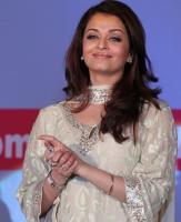 Aishwarya images with long layered hairstyle with straight side bangs.PNG